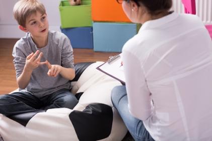enfant qui parle à thérapeute Small